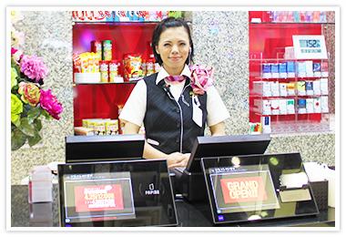 ▲ 景品カウンタには、グローリーナスカの「賞品管理ターミナル」を採用。大画面の客側モニタは来店客とのコミュニケーションツールになっている