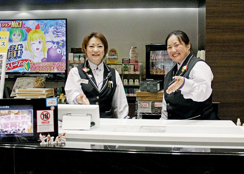 賞品保管機『JK-500』を導入して、カウンター業務が効率的になったと喜ぶスタッフ